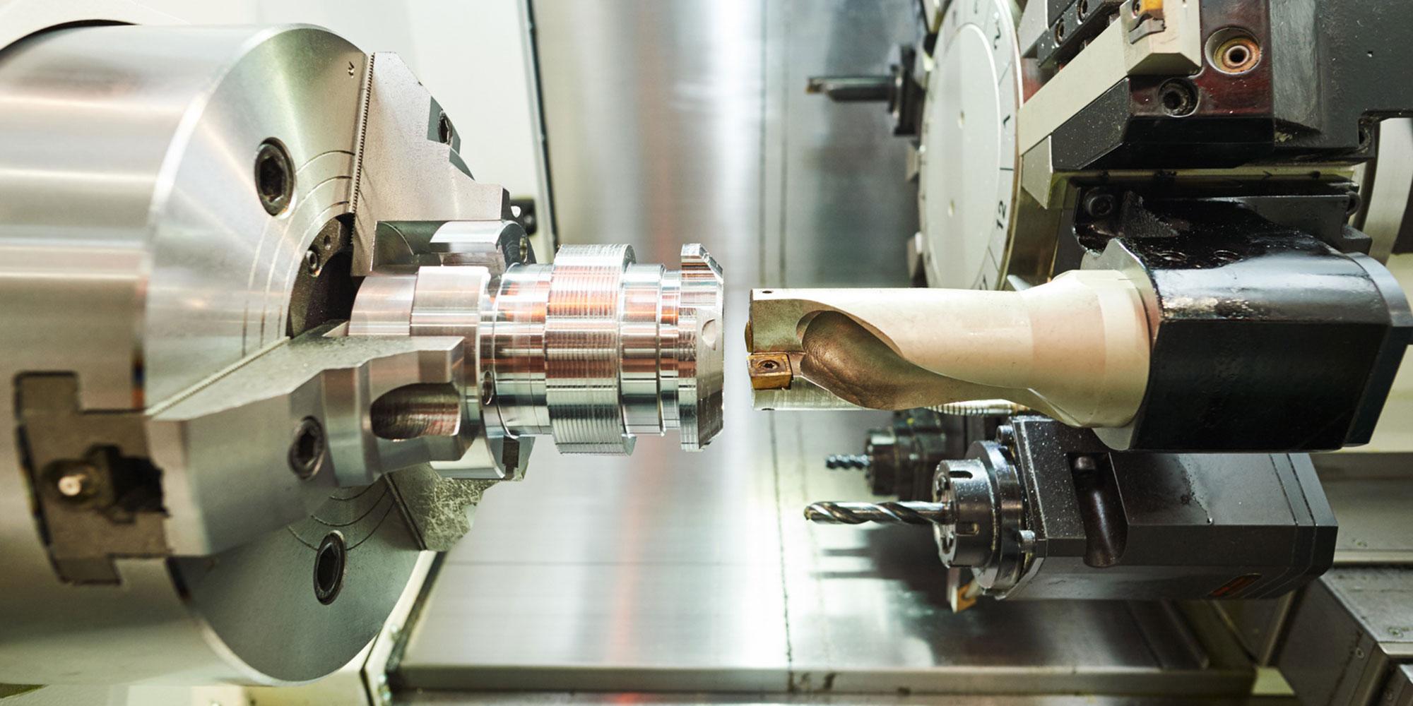 Drehteil wird angefertigt. Maschinenbauteile auf CNC Maschine